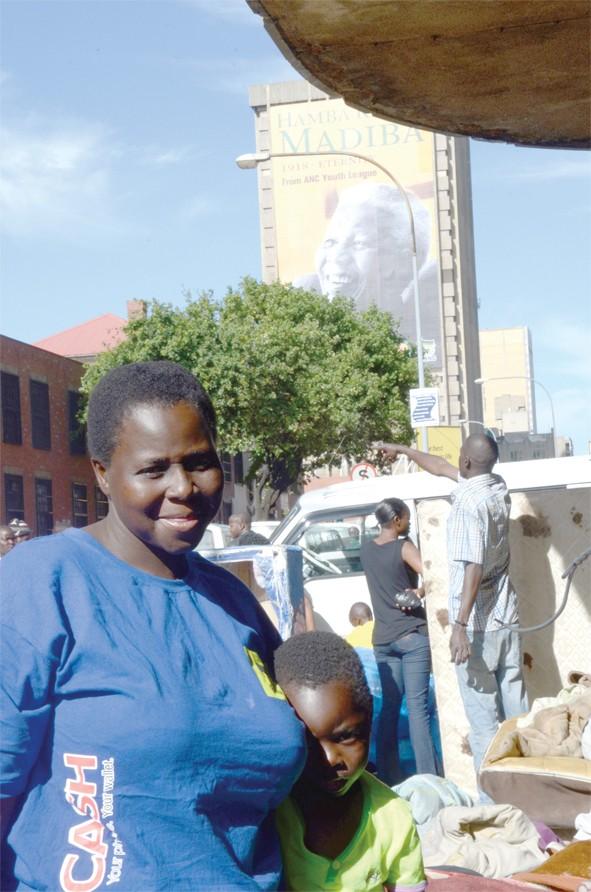 007 - Woman and child beneath Madiba at Diamond Eviction